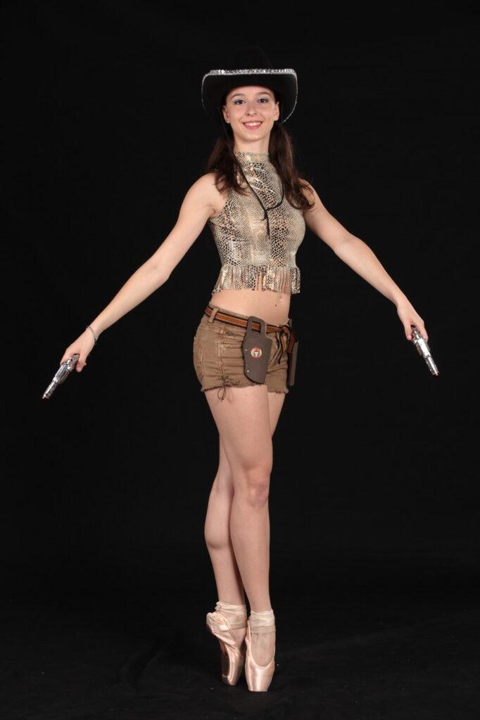 Ballerina in vestito da cowgirl
